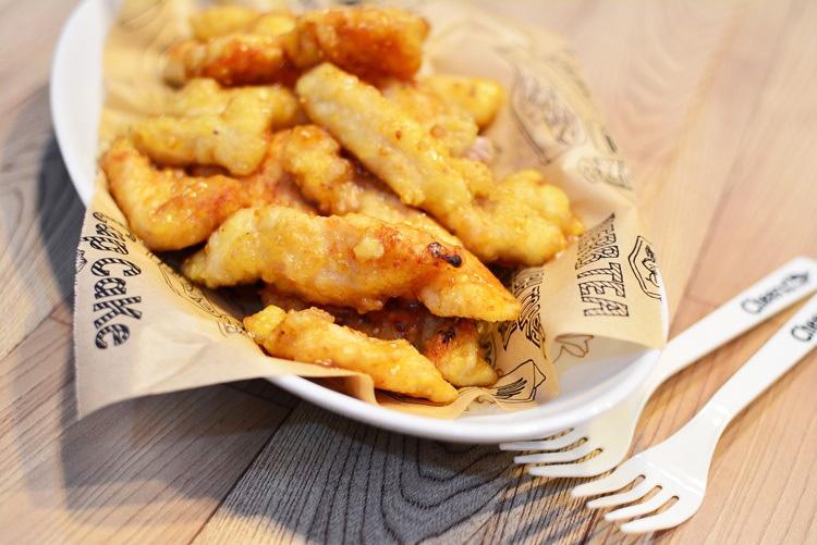 鶏むね肉のチキンスティックの作り方♬とても柔らかくヘルシーな揚げ物レシピです。