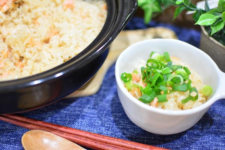 土鍋で作る鮭のガリバターしょうゆ炊き込みご飯のレシピ♬